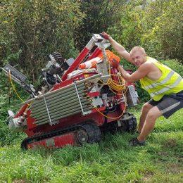 Zjazd ze skarpy maszyną sondującą w trudnych warunkach terenowych