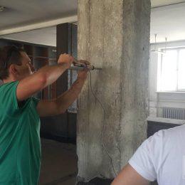 Badanie sklerometryczne wytrzymałości betonu w słupie