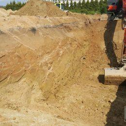 Zmienność warunków gruntowych (uplastyczniony lej) w wykopie pod fundamenty