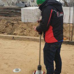 Badanie lekką płytą dynamiczną podłoża pod posadzkę budynku w miejscowości Bystrzejowice Drugie